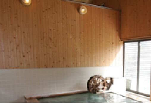 浴室内装も無垢の木材で温かみのある空間に