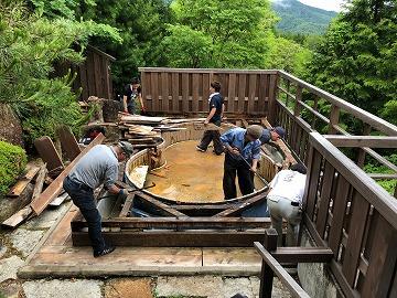 木風呂の据え付け工事の様子