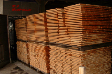 人工乾燥機で木材の水分を取り除きます。タガ落ちを防ぐためにも乾燥は重要ですが、乾燥させ過ぎると割れや反りが発生してしまいます。そのため、温度や時間を厳密に管理しながら乾燥させています。