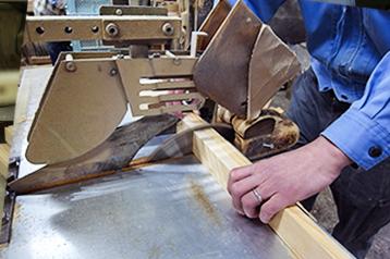 材料を吟味しながら部材を加工します。人の手で切るよりも効率が良く、狂いの少ない材料ができあがります。
