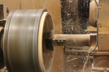 桶の内側を旋盤で荒削りします。「丸め」作業でできた桶の側部分の内側外側両面を丸く滑らかにします。内側は木工旋盤で削っていきます。職人が手鉋(テカンナ)で桶を削ると、小さい桶でも十分位、大きな飯台だと数十分はかかりますが、機械では一分もあれば削ってしまいます。より多くの方に、良いものをお求めやすい値段で提供できるようにと、このように機械でできる工程は機械化しています。