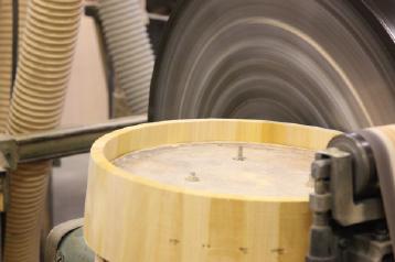 外側を鉋刃のついた円盤で削ります。外側は箍(タガ)にあわせて削るので、丸く滑らかに削るのはもちろんですが削り過ぎても問題がでてきます。機械で削るといっても、職人の経験の必要な作業です。