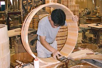 逆目や削り残しは手鉋で手直して仕上げます。この鉋仕上げにより、耐水性が高まります。長年の経験を持つ職人の技。