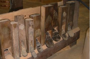 職人の道具 丸鉋の数々。加工や仕上げの段階によって、様々な種類の鉋を使い分けています。