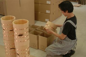 一つ一つ検品をして丁寧に梱包します。信州 木曽の自社工場より、お客様のお手元へお届けします。