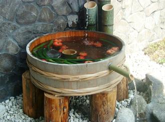 井戸舟 木桶の井戸舟で水の流れを演出。水の流れ落ちる音が涼しげで、木の桶ならではのやさしい雰囲気があります。