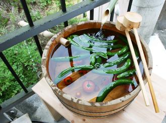井戸舟 寿司桶をベースに、井戸舟を製作した例。夏に宿泊施設などで野菜を冷やして提供すれば、見た目も涼しげでお客様も大満足。