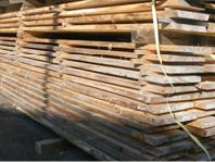 製材した板を桟積みし、天然乾燥します