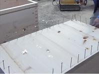 接着材、パッキン、釘、ビスを使って底板を付けます