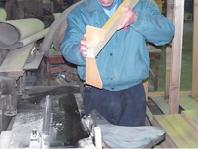 一枚一枚削りながら角度調整をします職人の勘に頼る部分が大きく、最も難しい工程です