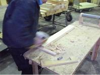 板の内側、外側を鉋で丸みを付けます