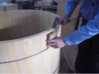 ホゾ組み加工桶の傾斜を利用して、パーツを圧着します