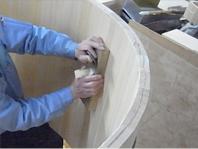 手鉋を使い、荒削り、仕上げ削りと表面をなめらかにしていきます