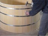 桶の寸法に合わせたタガを製作し、しっかりタガ締めします