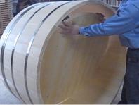 ぴったりの大きさになるまで何度も調整し、底板をはめ込みます