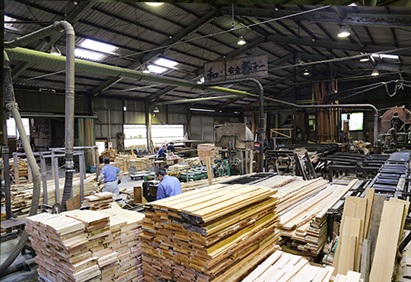 自社製材の耐水性耐久性の高い木曽椹(さわら)の赤身柾目材のみ厳選