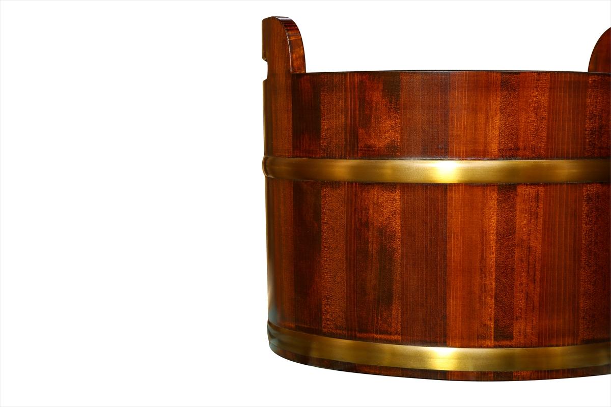 持ち運びも簡単な持ち手付きの足湯桶です。耐久性のある椹(さわら)材を使用しています。高級感のある漆塗りです。
