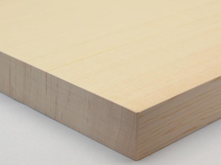 樹齢三百年の木曽檜(ひのき)の一枚板。包丁の刃当たりがよいため使いやすく、檜(ひのき)の強い殺菌力で衛生的です。柾目材の一枚板なので狂いが少なく非常に長持ちします。特大サイズ。