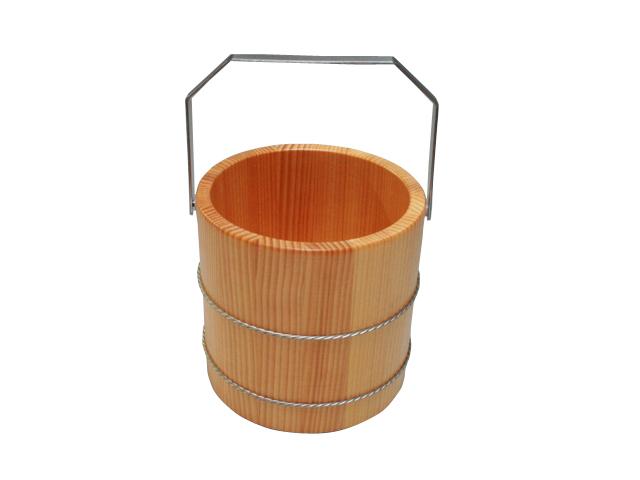 水割りを作るときの必需品、アイスペールも木製で粋な演出をしてみませんか。さわら材の美しい木目がテーブルを彩ります。ウレタン塗装を施していますので、耐久性もあり美しさも長持ちします。木製のアイスペールは和の雰囲気の飲食店での使用にもぴったり。お酒の好きな方へのプレゼントにしても喜ばれます。