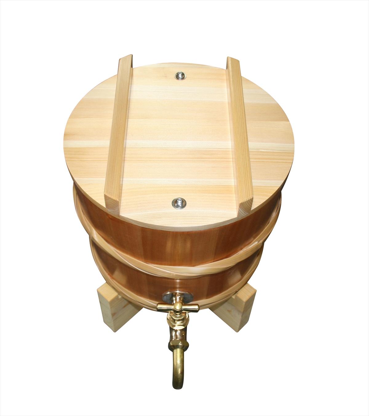 パーティーで大活躍の木桶のピッチャー。おしゃれなゴールドの蛇口付きです。お茶やお水のサーバーとして。木蓋は六角レンチで固定できます。