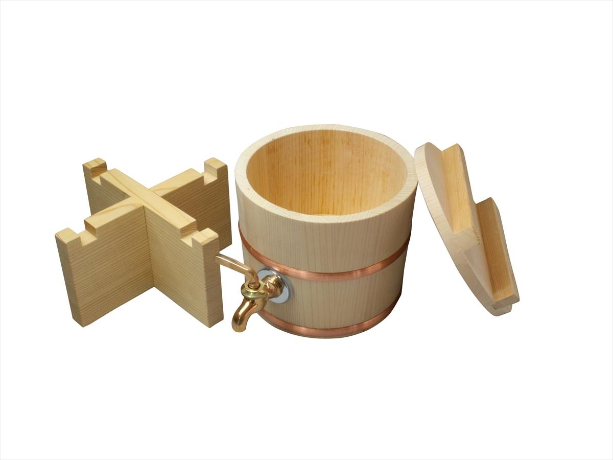 おしゃれなゴールドの蛇口付きです。椹(さわら)の微かな香りがお酒の風味を引き立てます。容量約4合。木蓋付き。