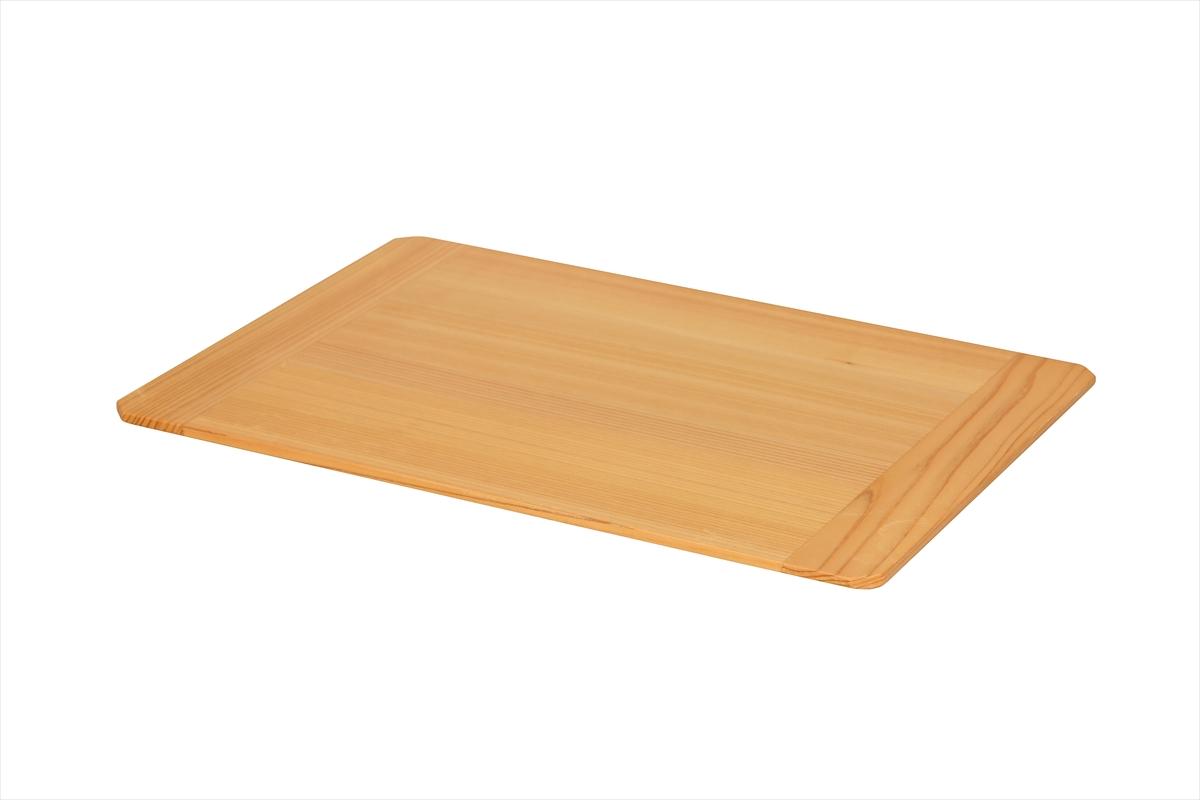 普段の食事からお客様のおもてなしまで、また和食にも洋食にもメニューを選ばずお使いいただけるランチョンマットです。美しい木目が際立つクリア塗装。テーブル接地面を大きく面取りしていますので、ランチョンマットを持ち上げるのも簡単です。