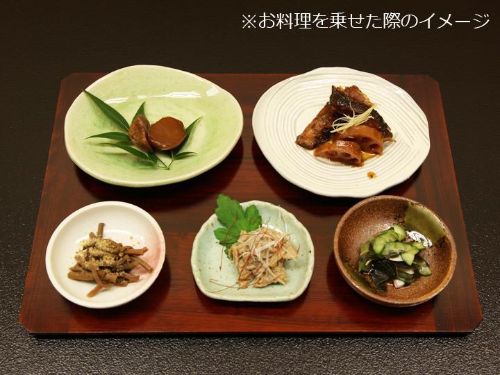 普段の食事からお客様のおもてなしまで、また和食にも洋食にもメニューを選ばずお使いいただけるランチョンマットです。高級感があり、器が引き立つ漆塗装。テーブル接地面を大きく面取りしていますので、ランチョンマットを持ち上げるのも簡単です。