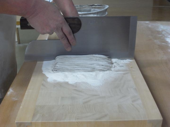 木曽椹(さわら)の角材を小口切りにして、その切り口を合わせた寄せ木づくりのまな板。長く使用しても減りが少なく、弾力性があります。