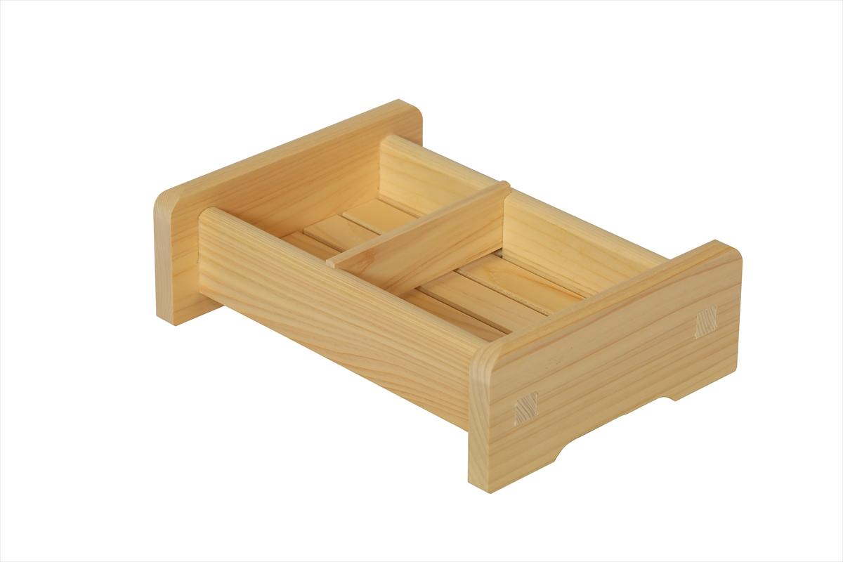 水に強い檜(ひのき)でつくった石けん入れ&シャンプー台。プラスチック製にはない手触りです。小さな石けん置きひとつでもでも浴室で檜(ひのき)の香りが楽しめます。水がたまらないように底はスノコ敷きになっています。身近な小物から木に変えてみませんか?