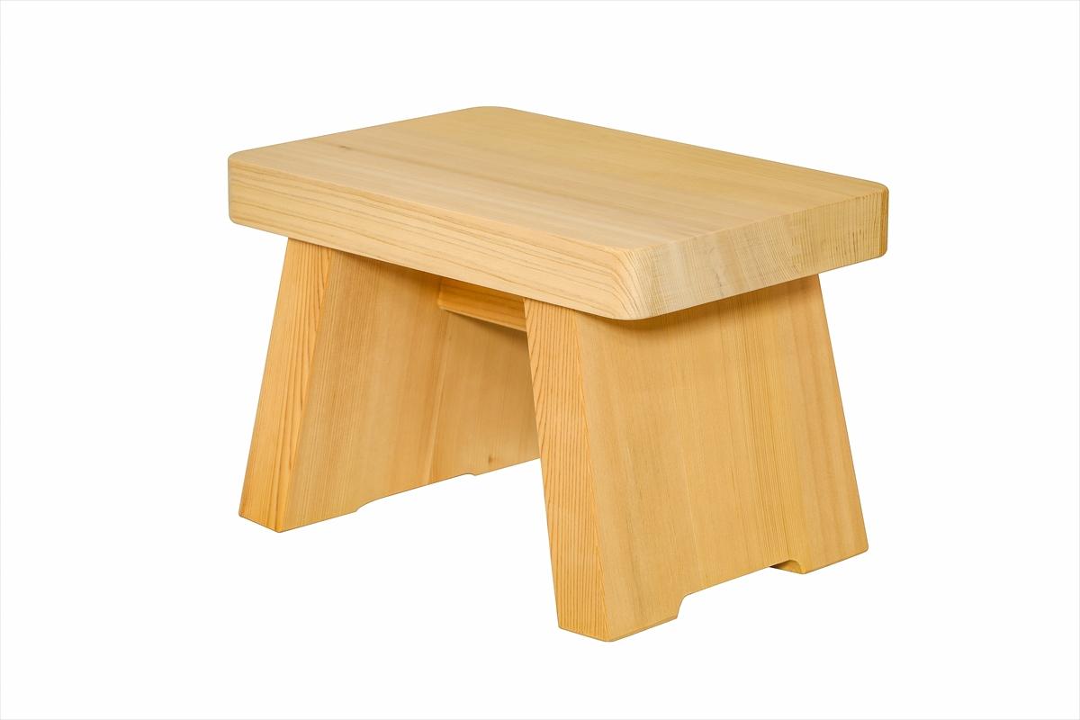 多くの旅館、ホテル、浴場等でご利用いただいている木製椅子です。材質は水に強い木曽五木の一つ、椹(さわら)です。お子様にちょうど良いサイズです。