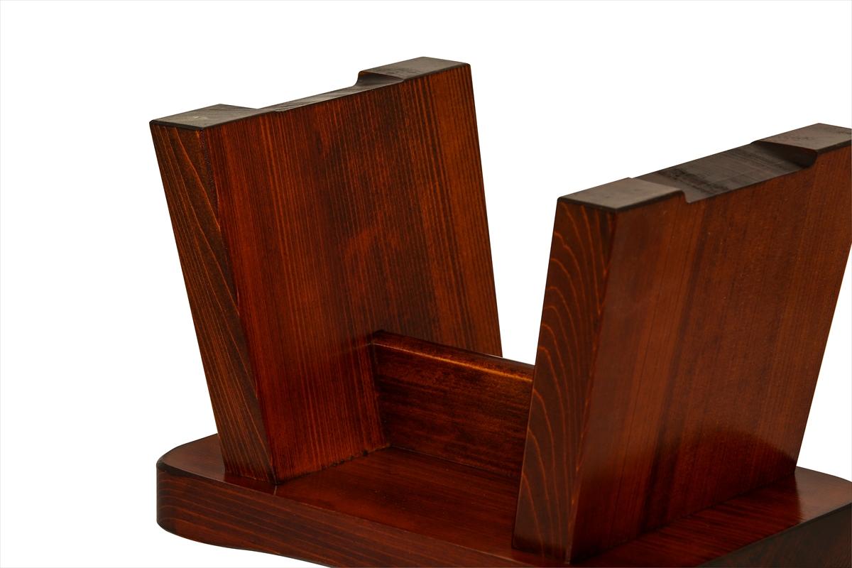 耐久性抜群の漆塗りの椅子です。お手入れも楽で扱いやすいです。肌の弱い方はかぶれることがございます。白木の椅子をお奨め致します。お子様にちょうど良いサイズです。