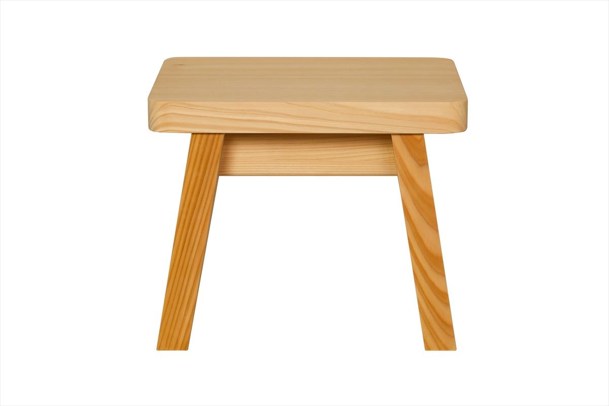 多くの旅館、ホテル、浴場等でご利用いただいている木製椅子です。材質は水に強い木曽五木の一つ、椹(さわら)です。大人の方向けのサイズです。