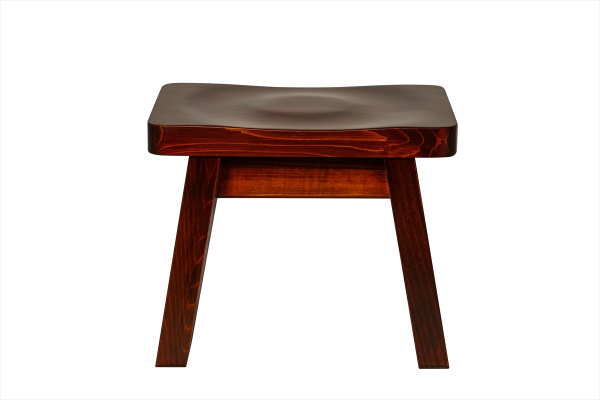 耐久性抜群の漆塗りの椅子です。お手入れも楽で扱いやすいです。肌の弱い方はかぶれることがございます。白木の椅子をお奨め致します。大人の方向けのサイズです。