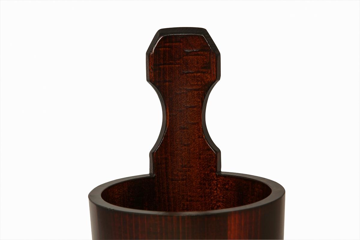 耐久性抜群の漆塗りの桶です。お手入れも楽で扱いやすい桶です。肌の弱い方はかぶれることがございます。白木の桶をお奨め致します。