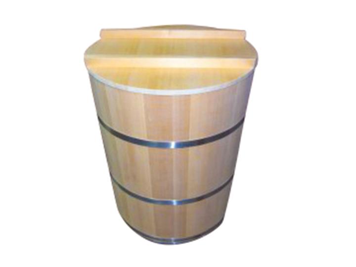 木桶が熟成を助け、美味しい漬物ができます。箍(たが)がステンレス製なので、より丈夫で衛生的です。落とし蓋、上蓋付き。