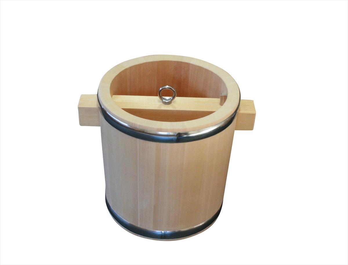 井戸で水をくみ上げる際に使用する、昔ながらの釣瓶桶(つるべおけ)。国産のさわら材を使用し、肉厚で頑丈なつくりです。お花を生ける際に花器として用いても風情があります。