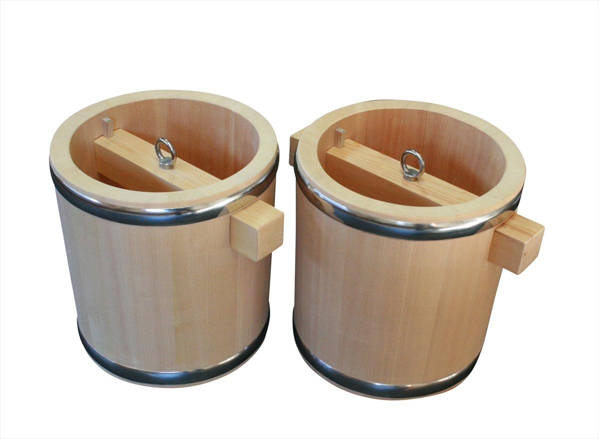 井戸で水をくみ上げる際に使用する、昔ながらの釣瓶桶(つるべおけ)。国産のさわら材を使用し、肉厚で頑丈なつくりです。お花を生ける際に花器として用いても風情があります。2つセットでお値打ちです。