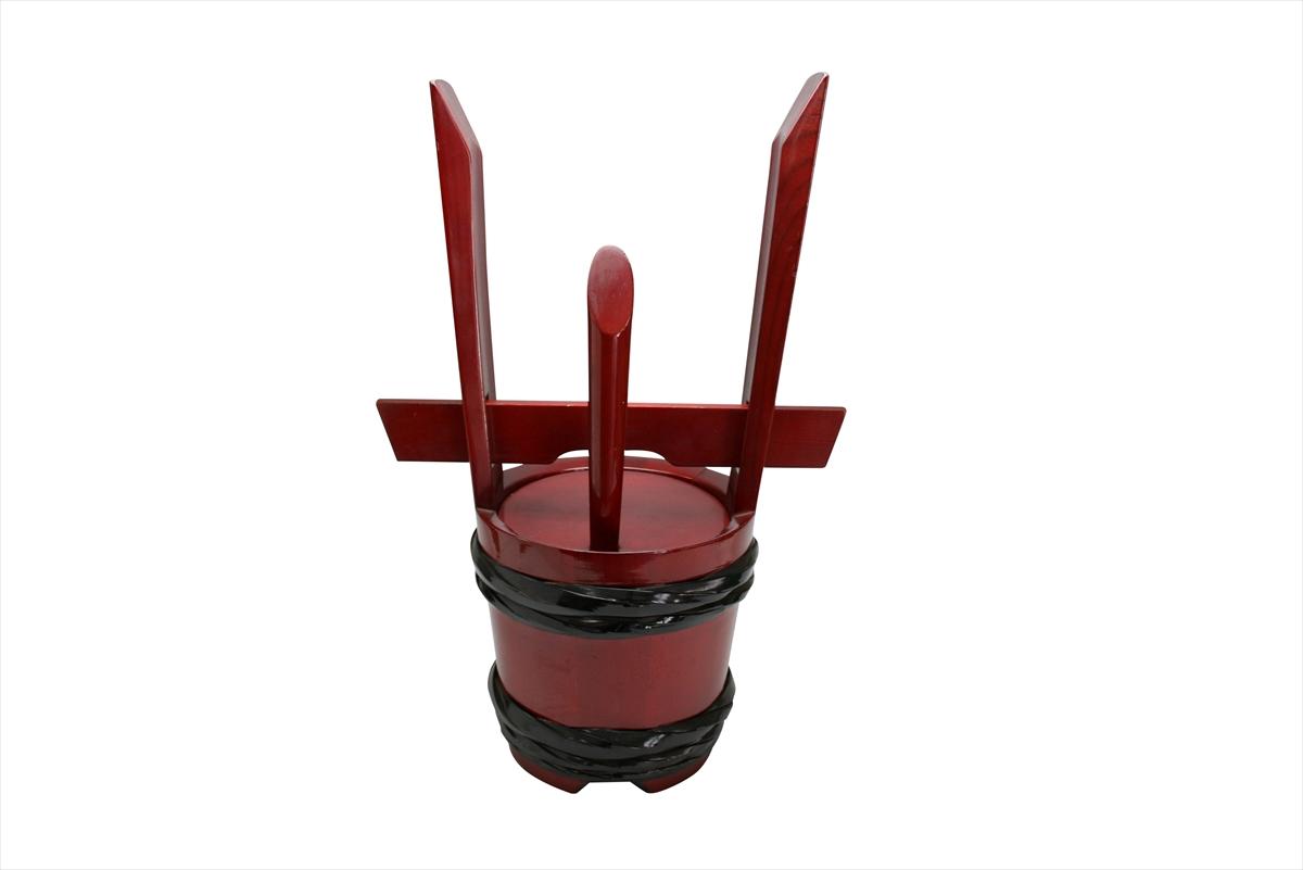 両手(柄)の部分が角(つの)に見えるところから角樽といいならわすようになった祝儀樽。進物や慶事の贈り物としていかがでしょうか。慶事に使われる角樽。一升ものなので「一生連れ添う」婚礼用にピッタリです。