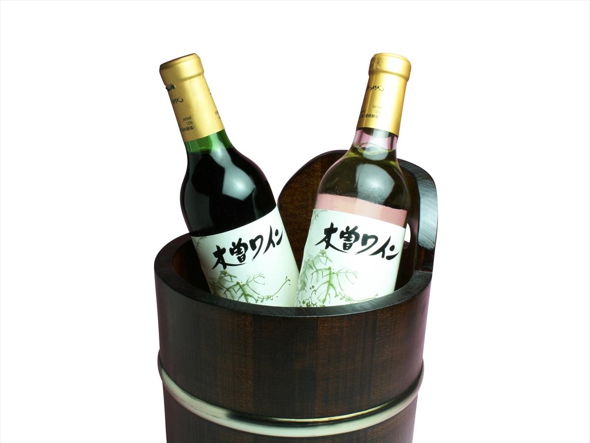 和食にも合うワイン。こんなワインクーラーがテーブルにあれば和の雰囲気も深まります。日本酒やビールを冷やしておけば、いつもと違った食卓になるかも知れません。花瓶としてもお使いいただけます。高級感のある漆塗りです。