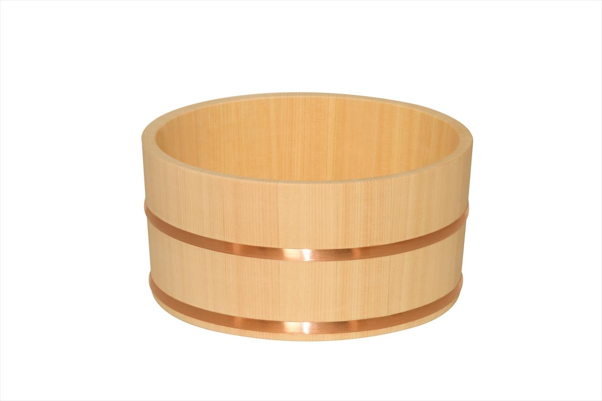 ご家庭でも温泉気分を味わえます。手に馴染む、ほどよいサイズと厚みです。香りの良いことで名高い檜材を使用しています。