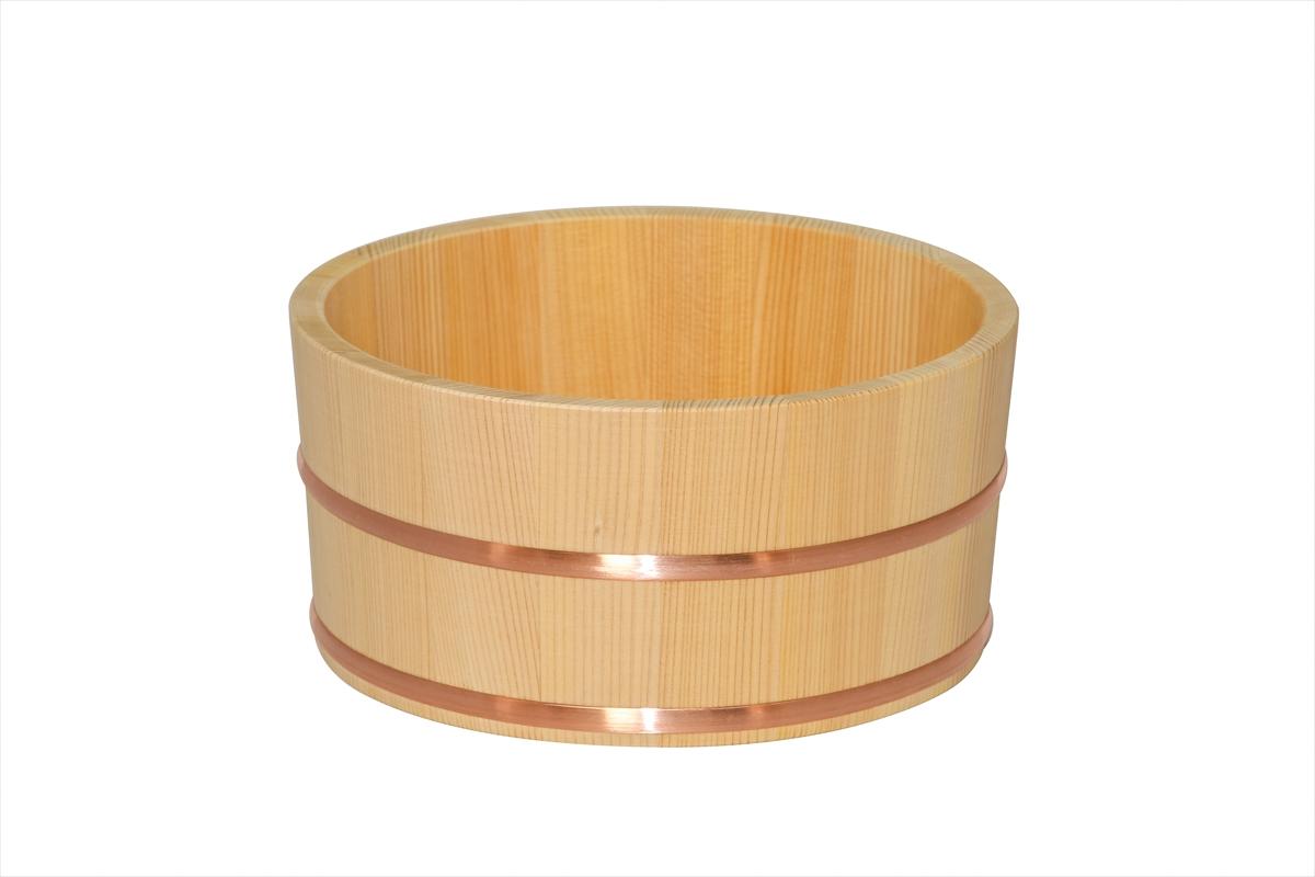ご家庭でも温泉気分を味わえます。手に馴染む、ほどよいサイズと厚みです。木曽五木の一つとして親しまれている、耐久性のある椹(さわら)材を使用しています。