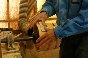 ロクロを使って磨きを掛けます。