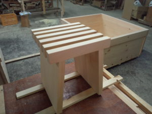 特注品の檜の椅子