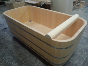 枕をスライドできる木風呂